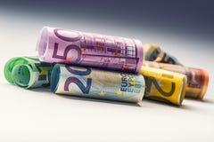 Varios cientos de billetes de banco euro apilados por el valor Concepto euro del dinero Billetes de banco del euro de Rolls Diner Fotos de archivo