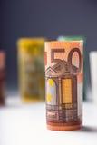 Varios cientos de billetes de banco euro apilados por el valor Concepto euro del dinero Billetes de banco del euro de Rolls Diner Foto de archivo libre de regalías