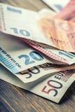 Varios cientos de billetes de banco euro apilados por el valor Concepto euro del dinero Notas euro con la reflexión Dinero euro D Imagen de archivo libre de regalías