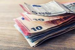 Varios cientos de billetes de banco euro apilados por el valor Concepto euro del dinero Notas euro con la reflexión Dinero euro D Foto de archivo
