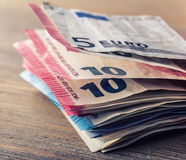 Varios cientos de billetes de banco euro apilados por el valor Concepto euro del dinero Notas euro con la reflexión Dinero euro D Imagenes de archivo