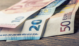 Varios cientos de billetes de banco euro apilados por el valor Concepto euro del dinero Notas euro con la reflexión Dinero euro D Imagen de archivo