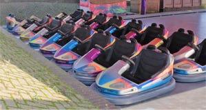 Varios coches de parachoques del paseo del parque de atracciones en colores múltiples Imágenes de archivo libres de regalías
