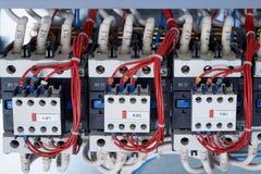 Varios contactores eléctricos con los contactos adicionales instalados en ellos imagenes de archivo
