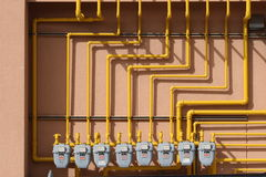 Varios contadores de gas en una pared Fotos de archivo