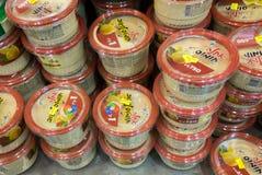 Varios de caixas do hummus na prateleira no supermercado israelita do alimento Imagem de Stock Royalty Free