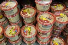 Varios de caixas do hummus na prateleira no supermercado israelita do alimento Imagens de Stock