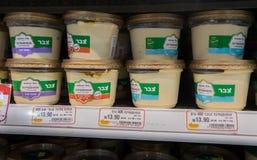 Varios de caixas do hummus na prateleira no supermercado israelita do alimento Fotos de Stock