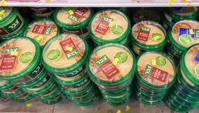 Varios de caixas do hummus na prateleira no supermercado israelita do alimento Fotografia de Stock