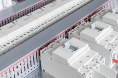 Varios disyuntores de poder, conducto de cable para atar con alambre, contactores modulares y condensadores Imagen de archivo libre de regalías