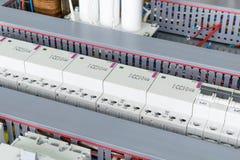 Varios disyuntores de poder, conducto de cable para atar con alambre, contactores modulares y condensadores Foto de archivo libre de regalías