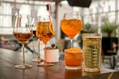 Varios diversos smoothies en los vidrios de diversas formas en la barra fotografía de archivo