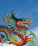 Varios dragones del color en el cielo azul, Imagen de archivo libre de regalías