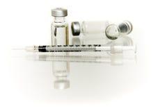 Varios frascos con la aguja hipodérmica Imágenes de archivo libres de regalías