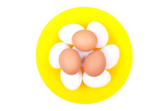 Varios huevos blancos encima de los huevos marrones en un amarillo maravillosamente Fotos de archivo libres de regalías