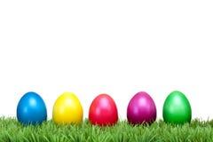 Varios huevos de Pascua coloridos en un prado verde Imagenes de archivo