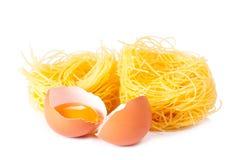 Varios huevos y pastas en un blanco Foto de archivo