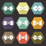 Varios iconos planos con las siluetas blancas de la corbata de lazo stock de ilustración