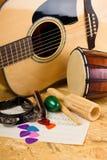 Varios instrumentos de música en tablero de OSB Fotos de archivo