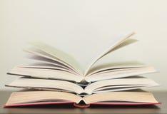 Varios libros abiertos en la tabla foto de archivo