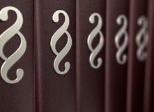 Varios libros de derecho marrones