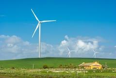 Molino de viento cerca de una casa Fotografía de archivo libre de regalías
