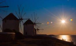 Varios molinoes de viento famosos en la isla de Mykonos en la puesta del sol. Fotografía de archivo