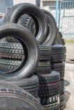Varios neumáticos de goma negros en venta con diverso modelo de la pisada Imagen de archivo libre de regalías