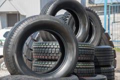 Varios neumáticos de goma negros en venta con diverso modelo de la pisada Foto de archivo