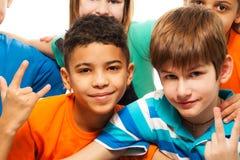 Varios niños felices en el grupo fotografía de archivo libre de regalías