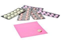 Varios píldoras y papel de nota Imágenes de archivo libres de regalías