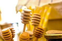 Varios palillos de madera de la miel imagen de archivo libre de regalías