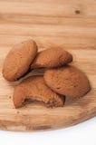 Varios pedazos de galletas del chocolate en un tablero de madera Foto de archivo libre de regalías
