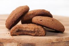 Varios pedazos de galletas del chocolate en un tablero de madera Foto de archivo
