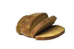 Varios pedazos de pan de centeno mienten en un fondo blanco Fotografía de archivo libre de regalías