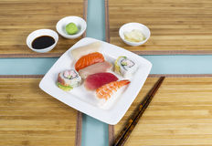 Varios pedazos de sushi fresco Imagen de archivo libre de regalías
