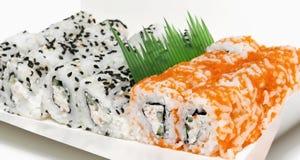 Varios pedazos del rollo de sushi de Uramaki Fotografía de archivo libre de regalías