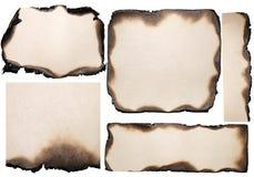 Varios pedazos rasgados de papel quemado viejo foto de archivo