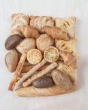 Varios pequeños pan y bollos cocidos al horno Foto de archivo libre de regalías
