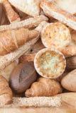 Varios pequeños pan y bollos cocidos al horno Imágenes de archivo libres de regalías