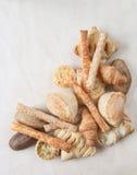 Varios pequeños pan y bollos cocidos al horno Imagen de archivo