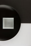 Varios placas llanos y tazas en fondo blanco y negro Imágenes de archivo libres de regalías