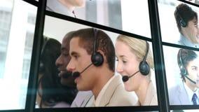 Varios ponen en cortocircuito los clips que muestran a empleados del centro de atención telefónica