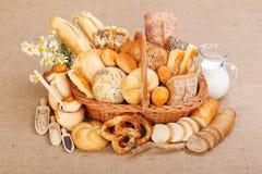Varios productos cocidos al horno en cesta de mimbre Imagen de archivo