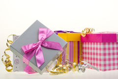 Varios rectángulos de regalo con el arqueamiento y la cinta Imagenes de archivo