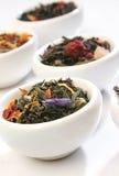 Varios tazones de fuente de hojas de té superiores fotografía de archivo libre de regalías