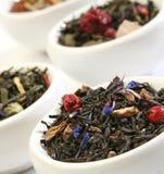 Varios tazones de fuente de mezclas de las hojas de té del premiun imagen de archivo libre de regalías
