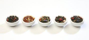 Varios tazones de fuente de mezclas de las hojas de té del premiun fotos de archivo