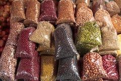 Varios tipos de habas, y otros granos y granos secos en la exhibición en un mercado en el Brasil imagen de archivo