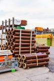 Varios tubos apilados en yarda Imagen de archivo